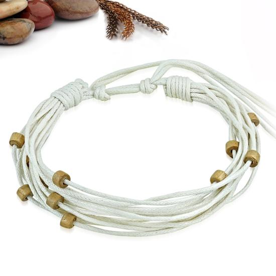 Fehér színű szövet karkötő, fa dísszel
